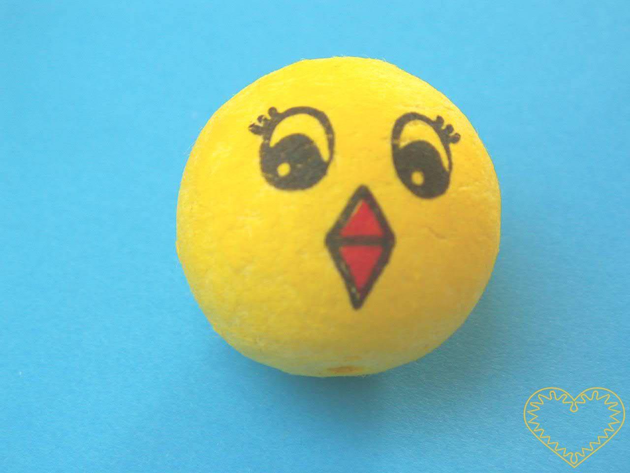 Vatová kulička ø 30 mm žluté barvy s tiskem obličeje kuřete. Vhodné k přípravě dekorací, lepení trojrozměrných figurek, ptáčků,malých prstových maňásků či loutek, aranžování, tvoření (i s dětmi).