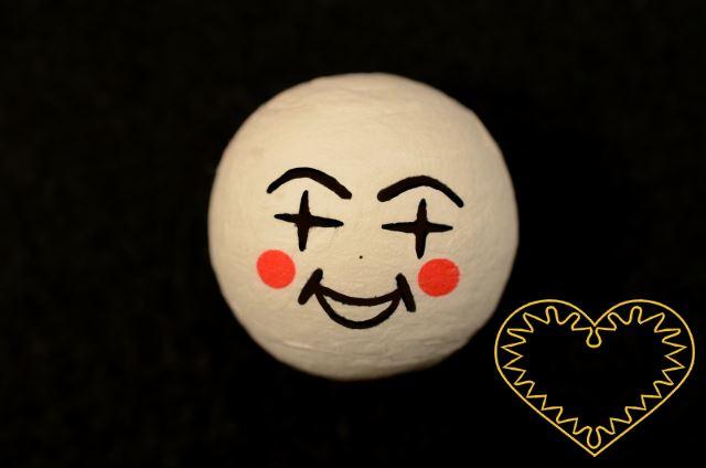 Hlavička vatová - panenka ø 36 mm - 10 ks. Vatová kulička tělové barvy s tiskem lidského obličeje.Vhodné k přípravě dekorací, lepení trojrozměrných figurek, panenek, panáčků, malých prstových maňásků či loutek, aranžování, tvoření (i s dětmi).