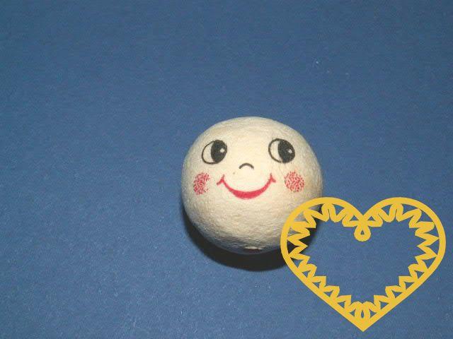 Vatová kulička ø 30 mm tělové barvy s tiskem usmívajícího se lidského obličeje s výrazným úsměvem. Vhodné k přípravě dekorací, lepení trojrozměrných figurek, panenek, panáčků, malých prstových maňásků či loutek, aranžování, tvoření (i s dětmi).