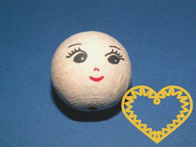 Vatová kulička ø 30 mm tělové barvy s tiskem usmívajícího se lidského obličeje s výraznými řasami. Vhodné k přípravě dekorací, lepení trojrozměrných figurek, panenek, panáčků, malých prstových maňásků či loutek, aranžování, tvoření (i s dětmi).