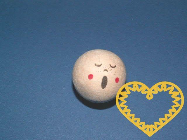 Vatová kulička ø 30 mm tělové barvy s tiskem zpívajícího lidského obličeje. Vhodné k přípravě dekorací, lepení trojrozměrných figurek, panenek, panáčků, malých prstových maňásků či loutek, aranžování, tvoření (i s dětmi).
