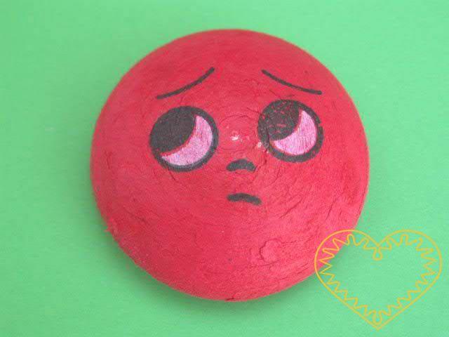 Červený vatový piškot ø 5,8 cm s tiskem - nešťastný obličej. Vhodný k přípravě dekorací, aranžování, tvoření. Může se nalepit na papír a tělíčko domalovat či dolepit z látky apod.