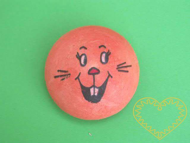 Oranžový vatový piškot ø 4,5 cm s tiskem - zajíc. Vhodný k přípravě dekorací, aranžování, tvoření. Může se nalepit na papír a tělíčko domalovat či dolepit z látky apod.