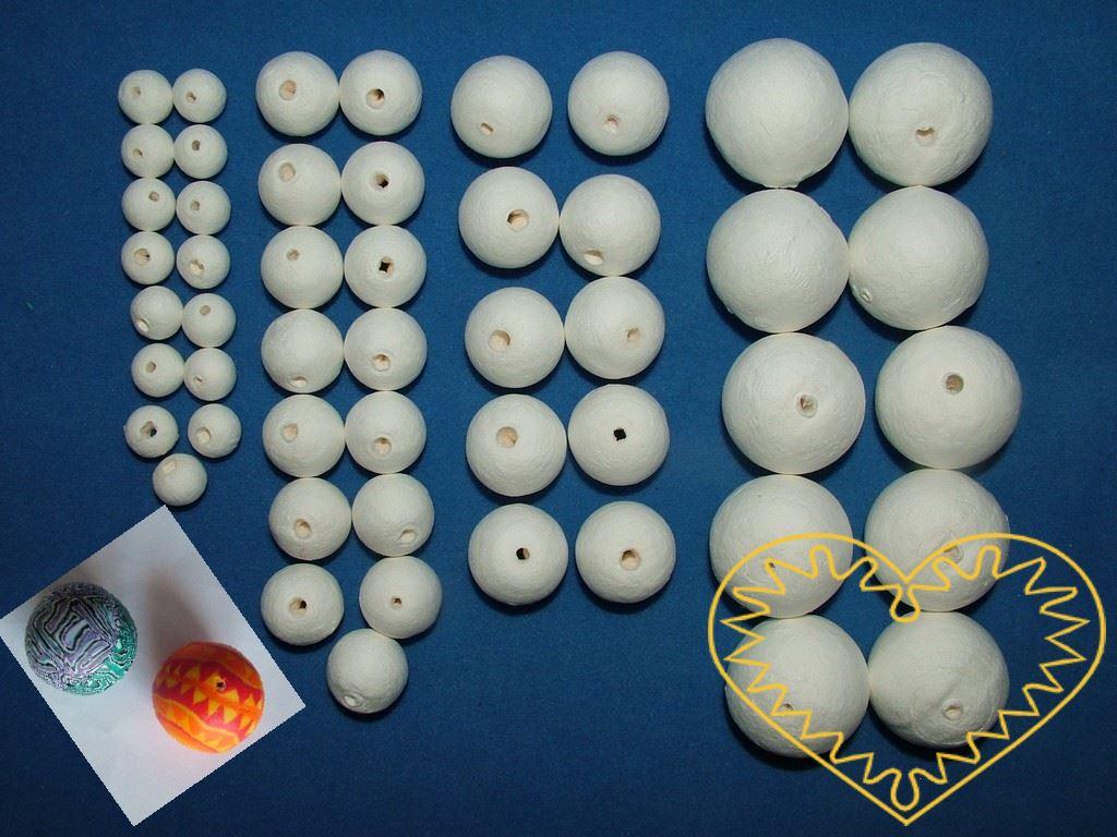 Sada různě velkých bílých kuliček z buničité vaty s dírou skrz - pro snadné navlékání. Vhodné k nejrůznějšímu tvoření - lepení, barvení, malování. Lze využít i jako výplň pro výrobu šperků z fima, dalších modelovacích hmot, plsti apod.