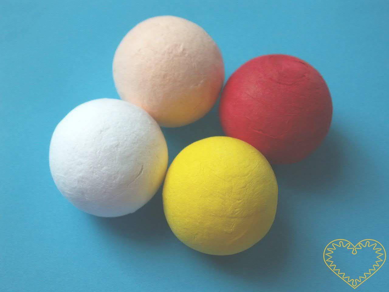 Sada 50 ks malých bílých kuliček ø 10 mm z buničité vaty. Vhodné k nejrůznějšímu tvoření - lepení, barvení, malování. Lze využít i jako ručičky či hlavičky k figurkám, loutkám apod.