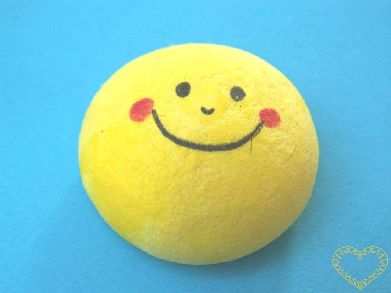 Žlutý vatový piškot ø 3,2 cm s tiskem - smajlík. Vhodný k přípravě dekorací, aranžování, tvoření. Může se nalepit na papír a tělíčko domalovat či dolepit z látky apod.