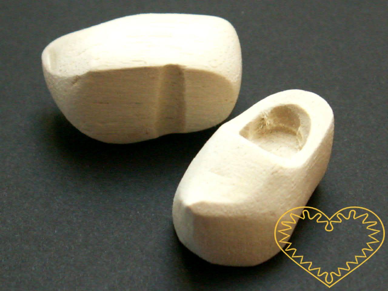 Malinké dlabané dřeváky - 1 pár. Délka = 3 cm, šířka = 1,7 cm, výška = 1,5 cm. Nádherné dřevěné botičky - dřeváčky - které Vám poslouží při výrobě figurek, panáčků, jehelníčků nebo jako aranžovací materiál.