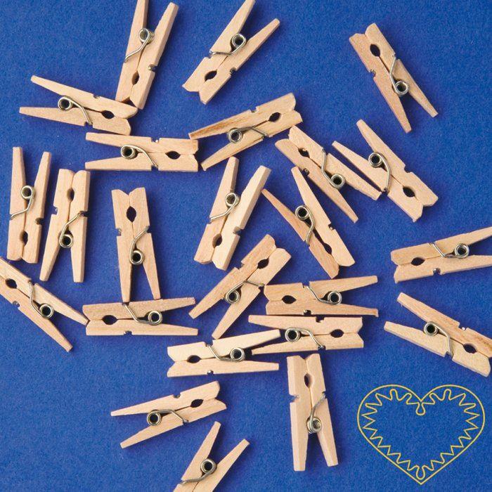 Malé dřevěné kolíčky přírodní barvy - sada 100 kusů. Vhodné k aranžování a vytváření drobných dekorací. Kolíček můžete použít jako základ a přilepit na něj své vlastnoruční výrobky z modelovacích hmot, textilu, papíru apod.