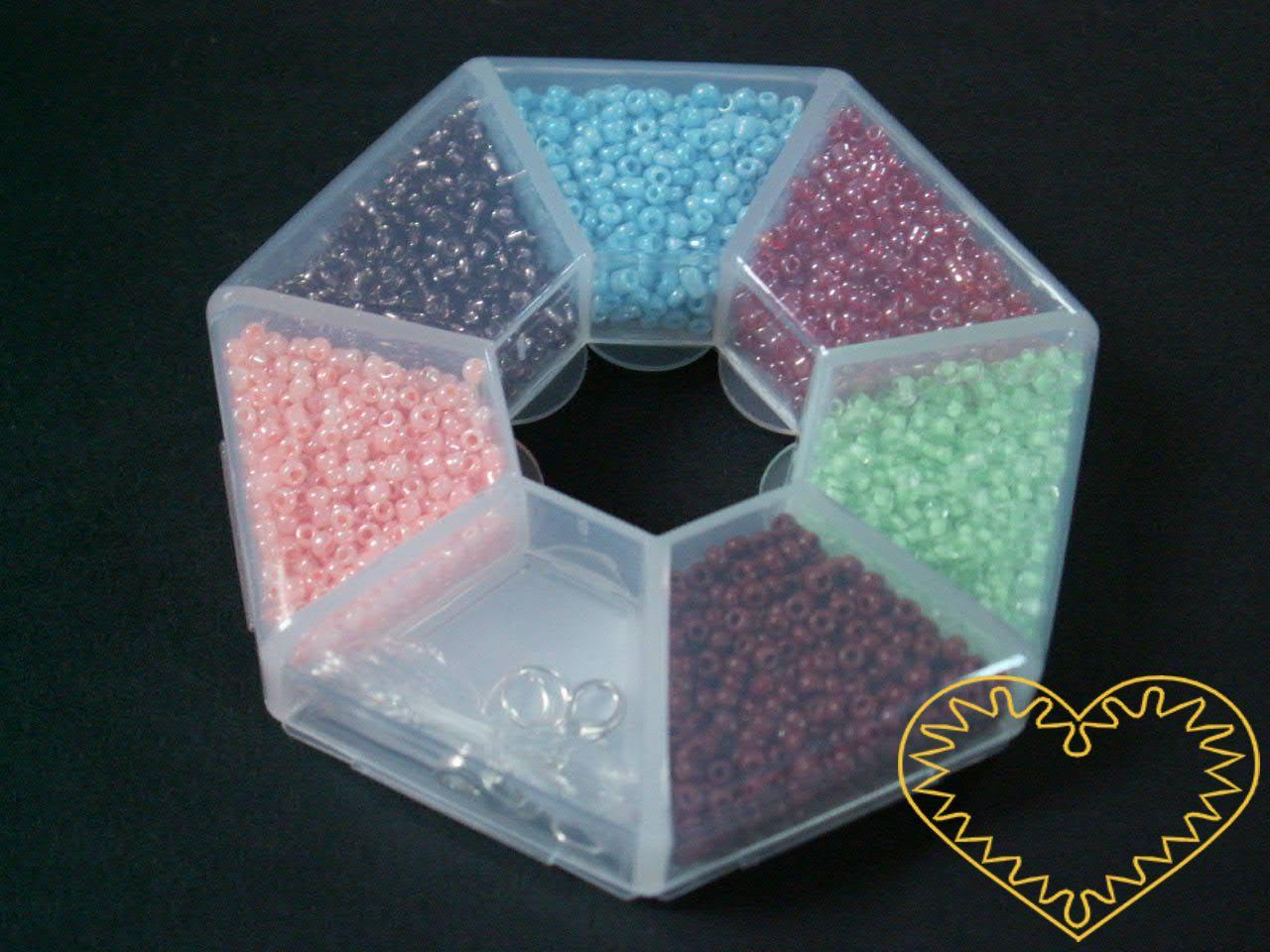 Barevné korálky / rokajl s komponenty v plastovém sedmihranu. Balení obsahuje: 6 barev korálků velikosti 2 mm, 2 šroubovací zapínání a 2 silikonové vlasce. Vhodné k výrobě náušnic, náramků, náhrdelníků, motanic a vánočních ozdob.