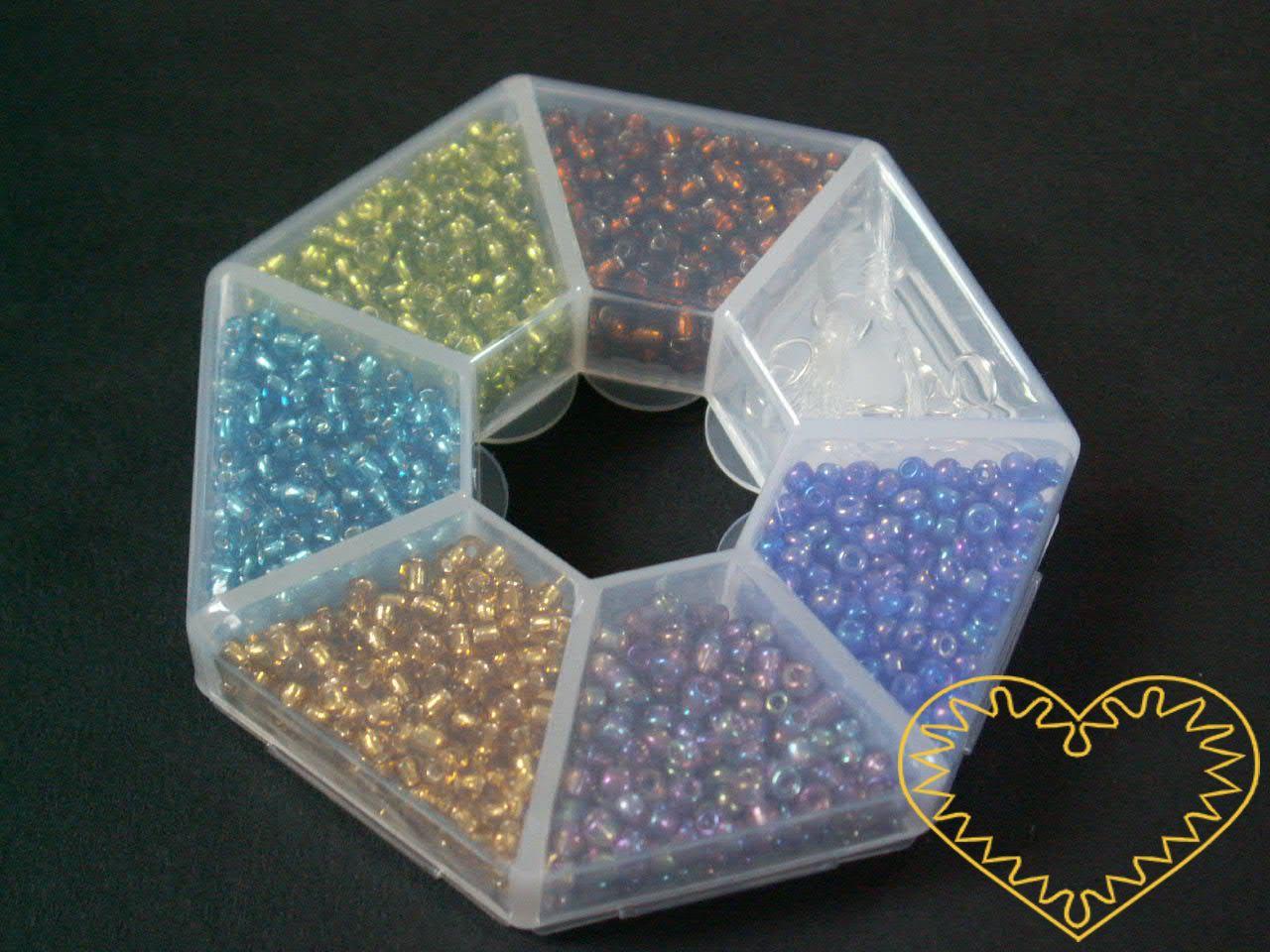 Barevné korálky / rokajl s komponenty v plastovém sedmihranu. Balení obsahuje: 6 barev korálků velikosti 3 mm, 2 šroubovací zapínání a 2 silikonové vlasce. Vhodné k výrobě náušnic, náramků, náhrdelníků, motanic a vánočních ozdob.