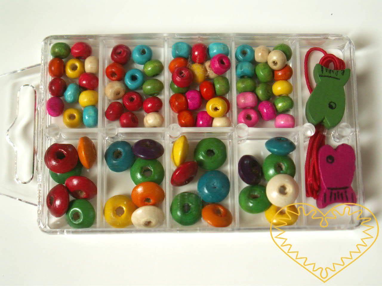 Korálky dřevěné v plastovém boxu. Vkusný dárek pro malé tvořilky. Korálky jsou umístěny v pevné plastové krabičce. Krabička měří 60 x 90 mm, je rozdělená na 10 oddělení. Vzory dřevěných korálků jsou v náhodných mixech barev, velikostí i vzorů. Každé