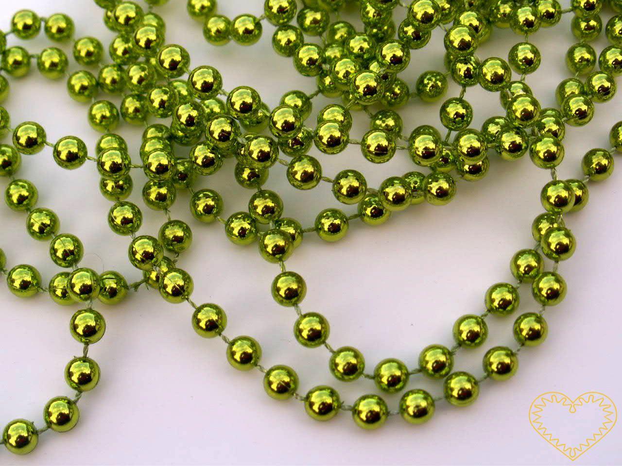 Zelené metalické perličky na šňůře - velikost korálku - Ø 6 mm. Vhodné jako součást nejrůznějších dekorací i samostatně apod. Oblíbený aranžérský materiál, lze využít i k vázání dárků a zdobení kytic. Řetěz se nepáře, lze jej snadno stříhat.