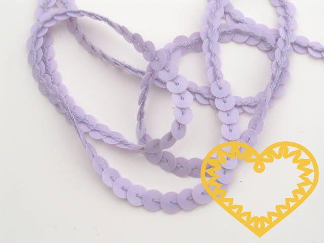 Světle fialové hladké flitry na niti - metráž. Velikost flitrů je 6 mm. Dají se také stahnout ze šňůrky a používat jednotlivě. Jsou vhodné k dozdobení šatů, lemování kostýmů loutek, maňásků a pod.