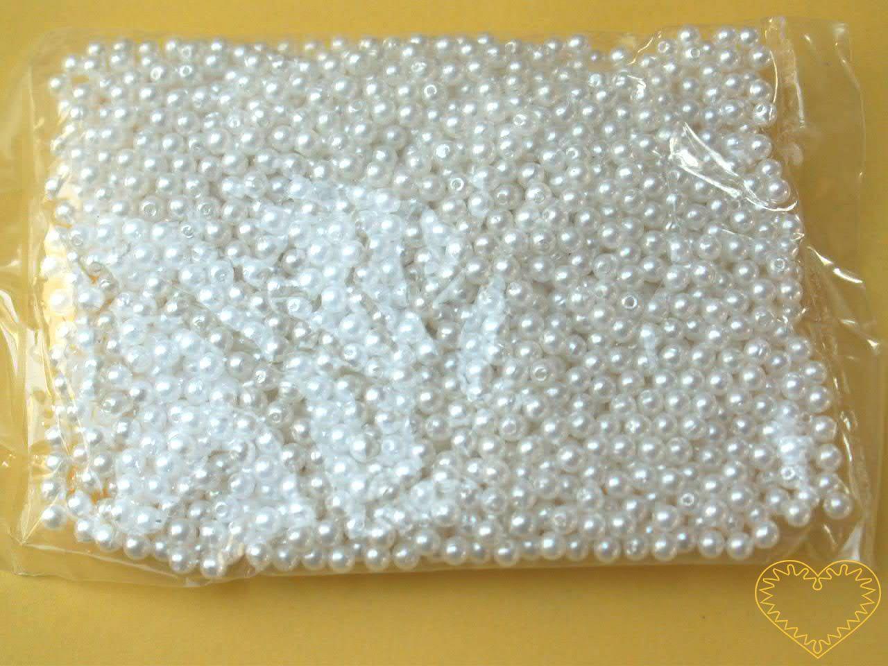Bílé plastové perličky 3 mm - jedno balení má hmotnost 50 g. Korálky jsou vhodné pro tvoření s dětmi, pro výrobu bižuterie i dalších ozdob. Bílé perličky se také hodí k svatebním dekoracím a do svatebních kytic.