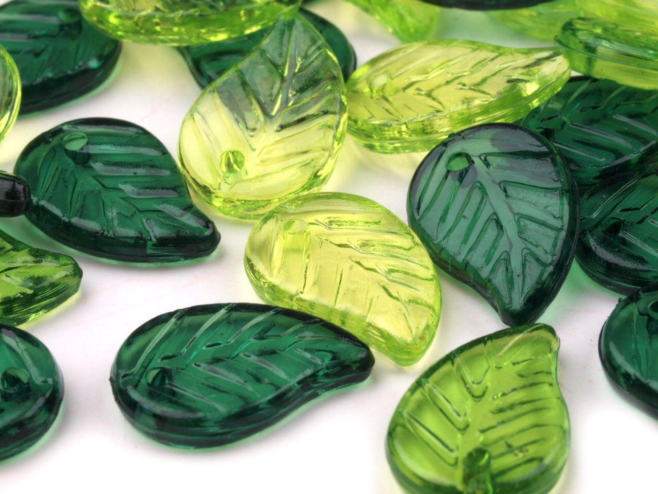 Zelené lístečky - plastové korálky 100 g. Mix tvoří tři odstíny zelené, příčný průvlek je v horní části listu. Doporučujeme napojovat spojovacími kroužky.