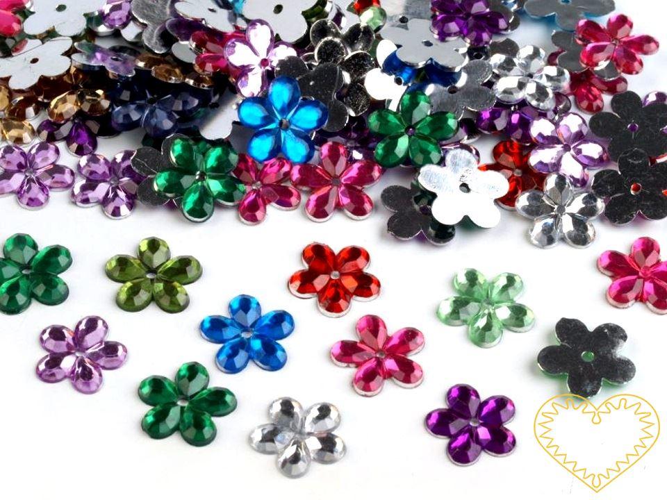 Barevný mix - broušené plastové našívací kytičky průměr 11 mm. Mají mnohostranné využití. Originálně vám ozdobí oděvy i různé textilní doplňky (tašky, šály, čepice, rukavice). Květy jsou vhodné také na scrapbooking, zdobení polystyrenových polotovarů