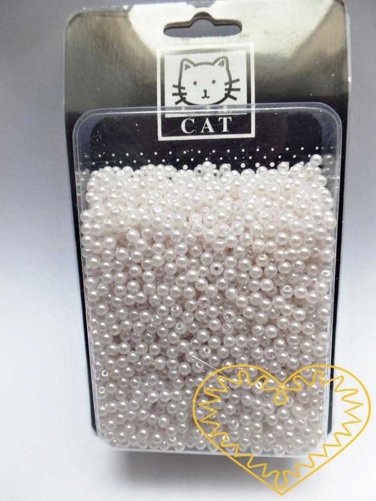 Bílé plastové perličky 4 mm - 100 g. Korálky jsou vhodné pro tvoření s dětmi, pro výrobu bižuterie i dalších ozdob. Bílé perličky se také hodí k svatebním dekoracím a do svatebních kytic.