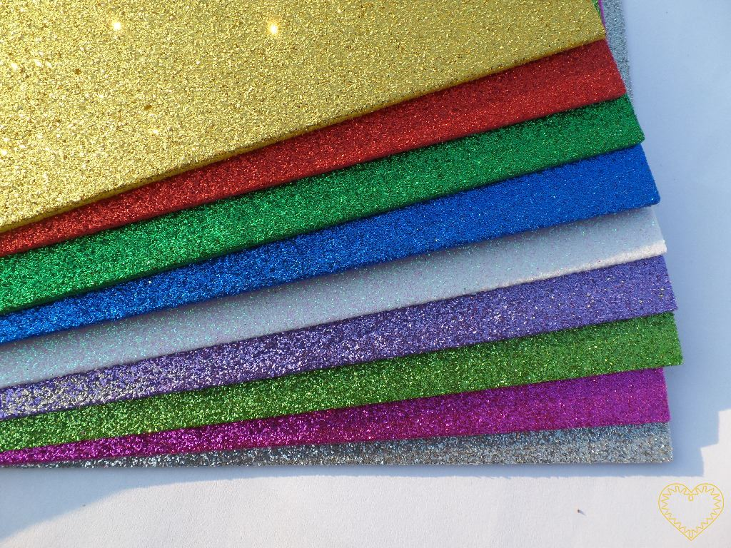 Pěnová guma třpytivá samolepící - moosgummi - barevný mix 10 ks různobarevných listů velikosti 21 x 29 cm, síla listu 2 mm. Vhodné na nejrůznější tvoření, vystřihování, vykrajování, scrapbooking, na výrobu pěnových 3D kvítků.