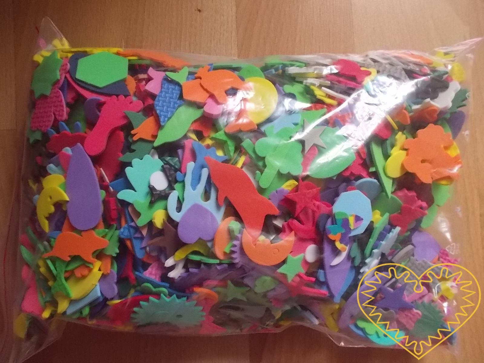 Maxi sada výseků z mechové / pěnové gumy různých tvarů - zvířat, rostlin geometricých vzorů, dopravních prostředků hvězdiček a to v různých velikostech. Pěkný materiál pro děti, mateřské školy i základní školy. Užívá se pro kreativní tvoření, výrobu