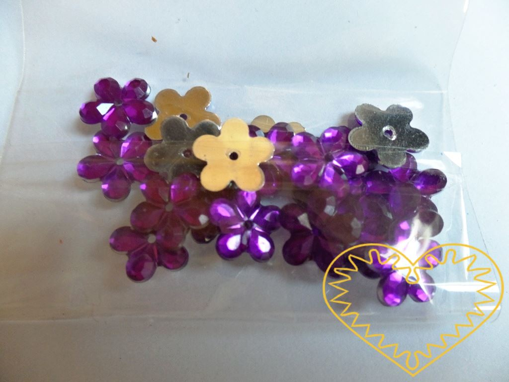 Našívací kytičky fialové Ø 11 mm -20 ks. Vhodné k dekorování tašek, kabelek, triček, klobouků, čepic, bot, bytového textilu, při výrobě maňásků, panenek, přáníček ad.
