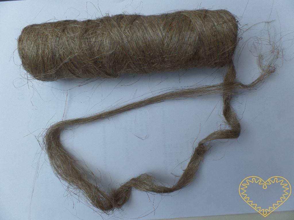 """Len - """"nekonečný pramen"""" - 100 g. Volná lněná přírodní nebarvená vlákna navinutá jako nit. Vhodné k výrobě vlásků panenek i dalších dekorací."""