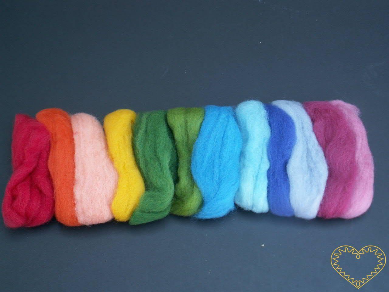 Ovčí rouno barvené - vlna - sada 12 barev (40 g). Vhodné na plstění suché (jehlou) i mokré, předení, vytváření vlněných obrázků pod sklo, jako vlásky pro panenky, figurky i maňásky.