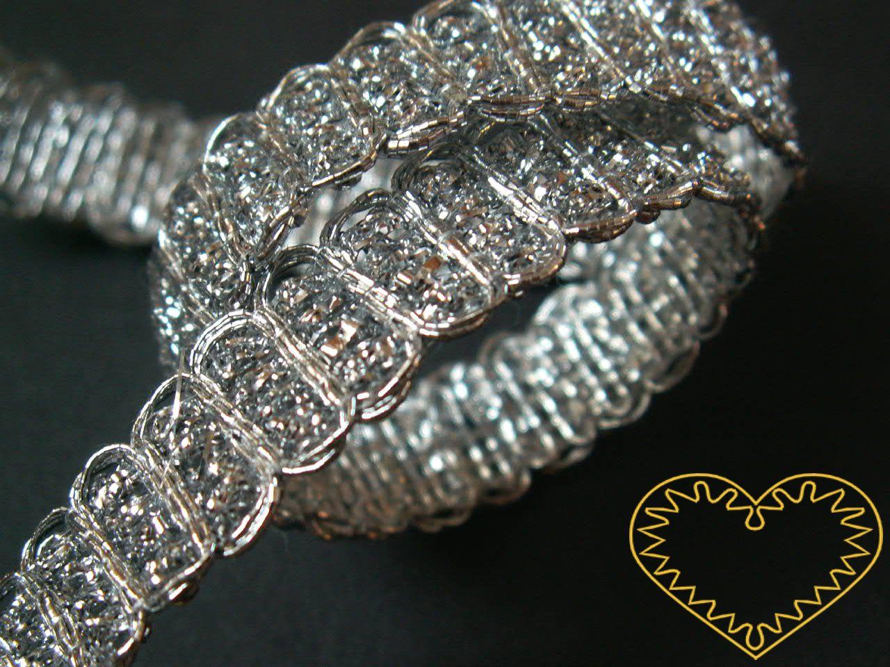Stříbrný kovový leonský prýmek - široký 1,2 cm . Vhodný na zdobení a lemování oděvního i bytového textilu, také jako přízdoby maňásků, panenek, loutek.