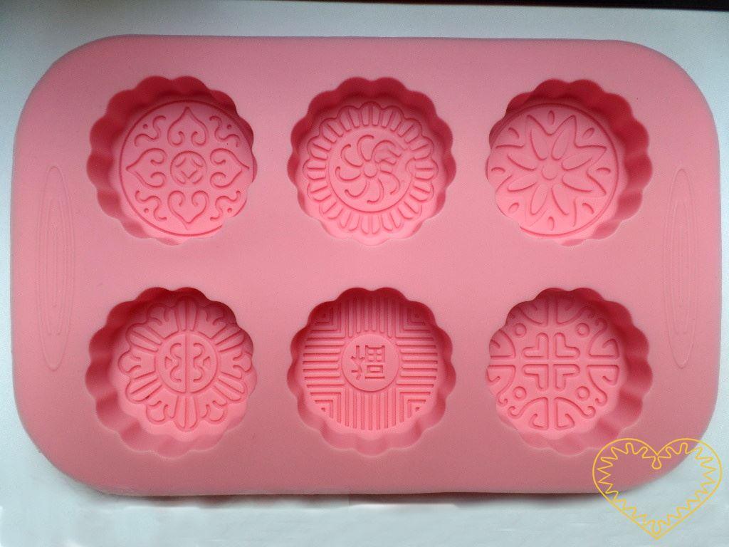 Silikonová forma ve tvaru 6 kruhů s vlnovkovým okrajem. Navíc dno každého kruhu je zdobeno originálním plastickým ornamentem. Vhodné pro domácí výrobu mýdla z glycerínových mýdlových hmot i při metodě za studena. Dále při výrobě svíček, sádrových a p