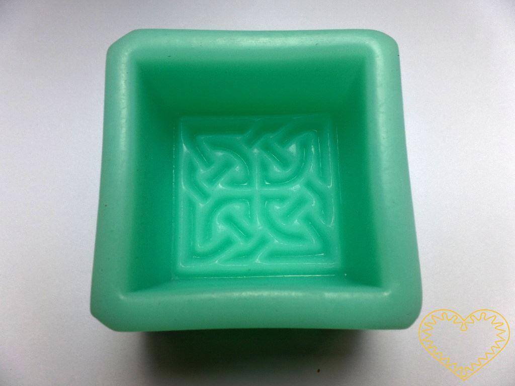 Silikonová forma ve tvaru čtverce zdobená keltským ornamentem - pro domácí výrobu mýdla z glycerínových mýdlových hmot i při metodě za studena. Dále při výrobě svíček, sádrových a pryskyřicových odlitků, šperků apod. Formu je možné používat při teplo