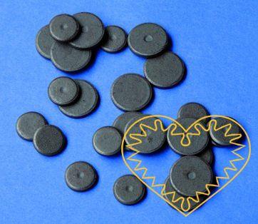Magnety mix - 24 ks. Sada obsahuje kulaté magnety o velikosti 15 a 20 mm. Vhodné na magnetickou tabuli, nástěnku, flipchart či doma na lednici. Lze je využít jako základ pro tvorbu vlastních originálních magnetů.
