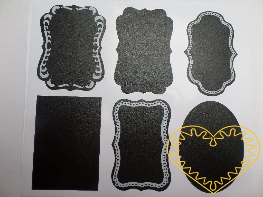 Ozdobné tabulové samolepící štítky různých tvarů 18 ks. Balení obsahuje 24 ks štítků stejné velikosti, které mají ze spodní strany samolepící vrstvu k snadnému uchycení na hladký povrch. Na štítky lze psát křídou. Najdou široké uplatnění. Lze je např