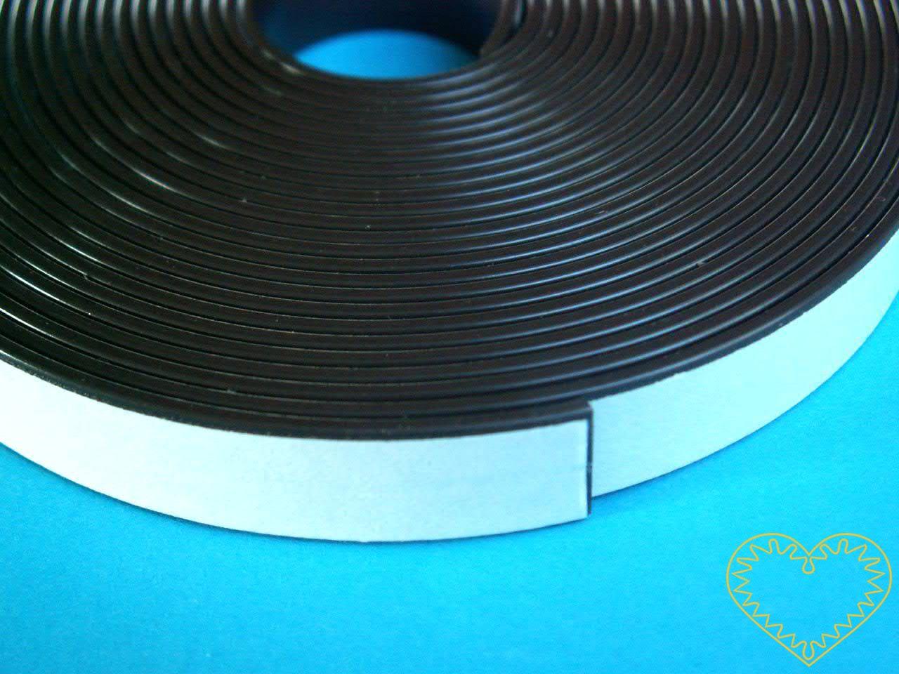 Magnetická samolepící páska - výborná pomůcka pro výrobu vlastnoručních magnetek. Páska je z jedné strany samolepící, takže na ni stačí přilepit Váš výtvor z papíru, fima, umělé hmoty apod. a vzniknou tak originální magnetky. Páska se dá jednoduše st