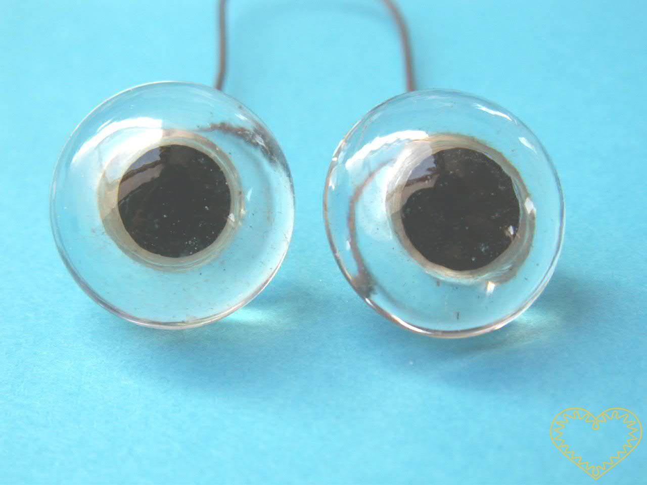 Originál staré skleněné oči - ø 1,9 cm. Oči pochází cca z počátku 20. století. Jsou spojeny do dvojic kovovým drátkem, který lze v případě potřeby rozstřihnout. Dříve se jich používalo hlavně při výrobě plyšových medvědů a panenek. Vhodné nejen pro t