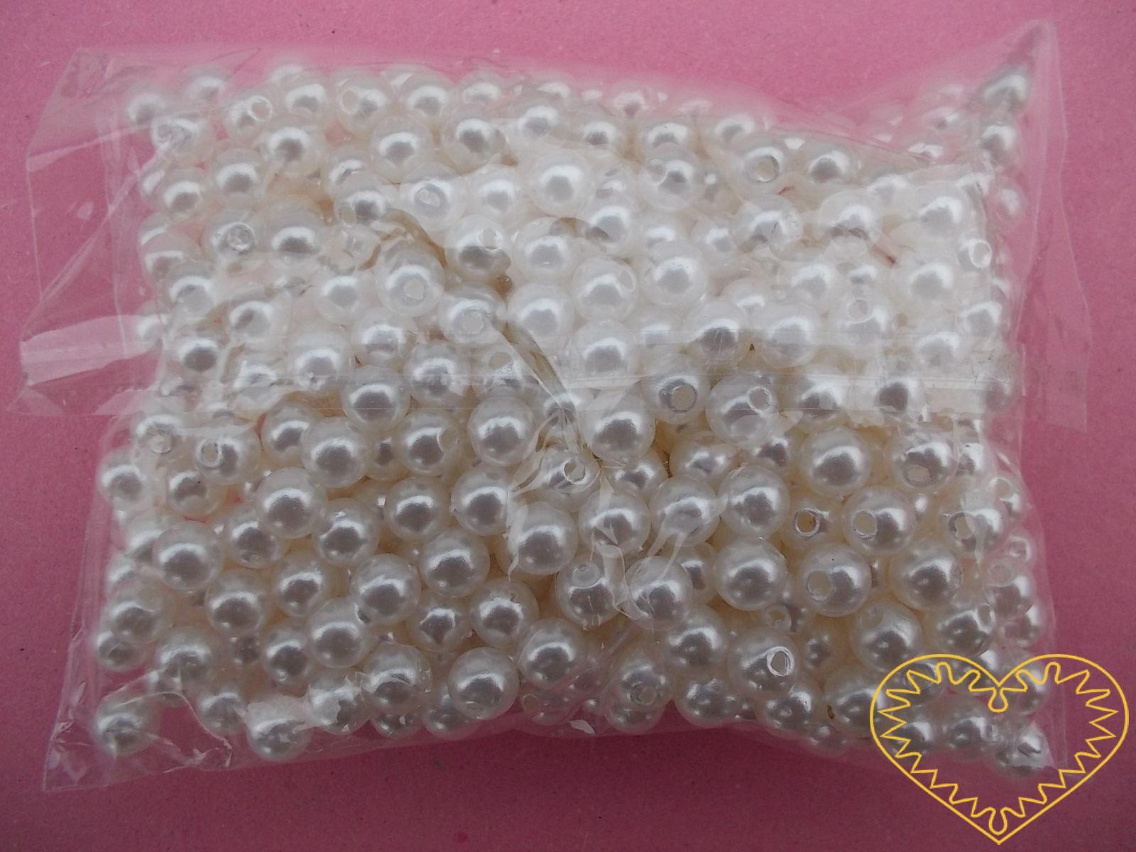 Bílé plastové perličky 6 mm - jedno balení má hmotnost 50 g. Korálky jsou vhodné pro tvoření s dětmi, pro výrobu bižuterie i dalších ozdob. Smetanové perličky se také hodí k svatebním dekoracím a do svatebních kytic.