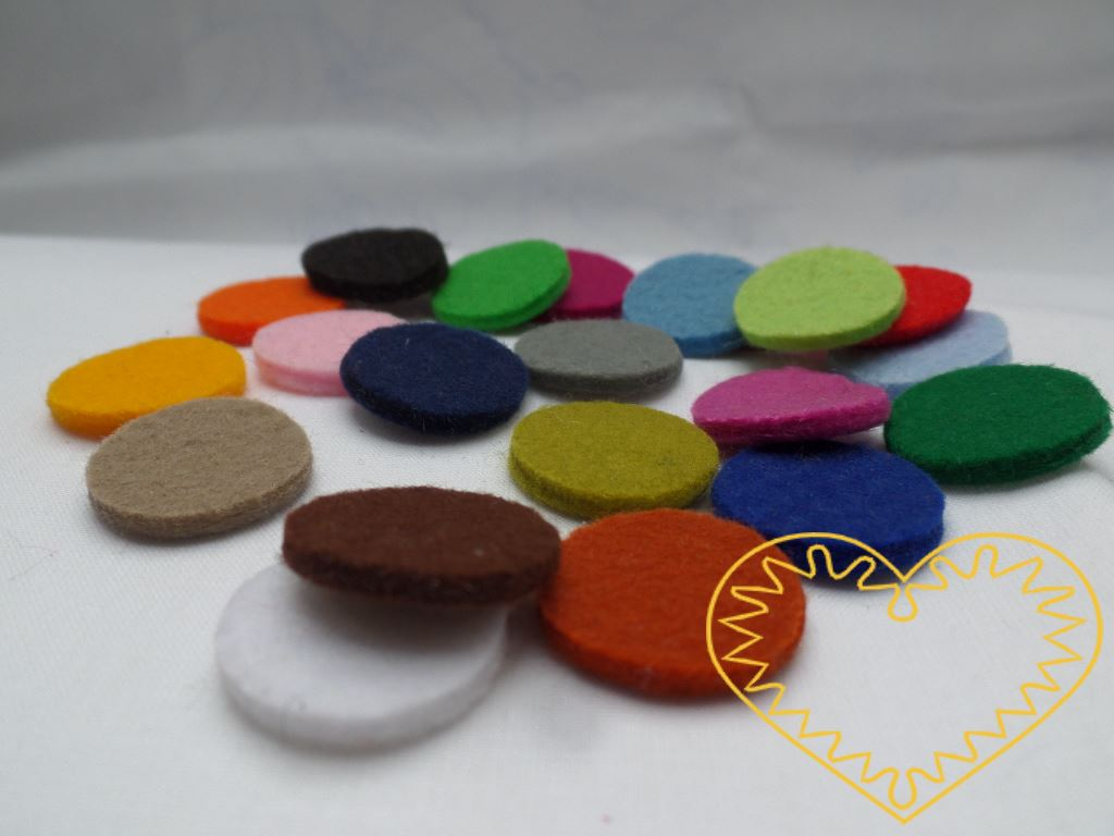 Silná barevná plstěná kolečka - 21 ks. Každé kolečko má jiný barevný odstín - jedná se o barevnou škálu 21 odstínů. Kolečka mají průměr 2 cm a tloušťku cca 3 mm, takže vytváří zajímavý 3D efekt. Kreativní materiál pro nejrůznější tvoření doma i ve šk