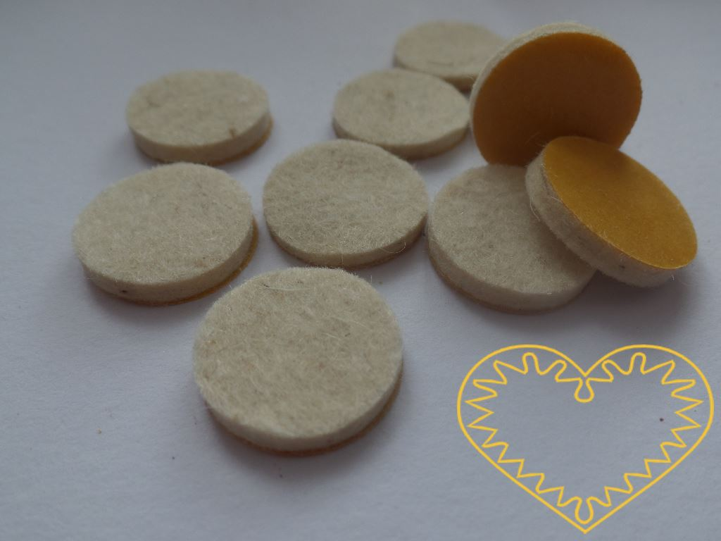 Plstěné podložky bílé barvy s polepem - 10 ks. Kolečka tloušťky 3 mm mají ø 2 cm. Jsou vhodné jako podložka pod nábytek, ale také ke kreativnímu tvoření, např. využívající 3D.