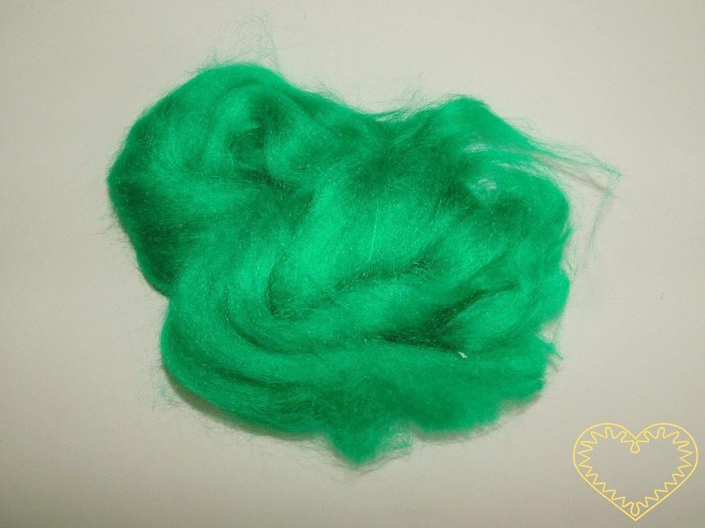 Zelené umělé vlákno - polyester. Vhodné na plstění, vpichování obrázků do plstěného podkladu. Výborné i jako vlásky pro panenky, figurky i maňásky.