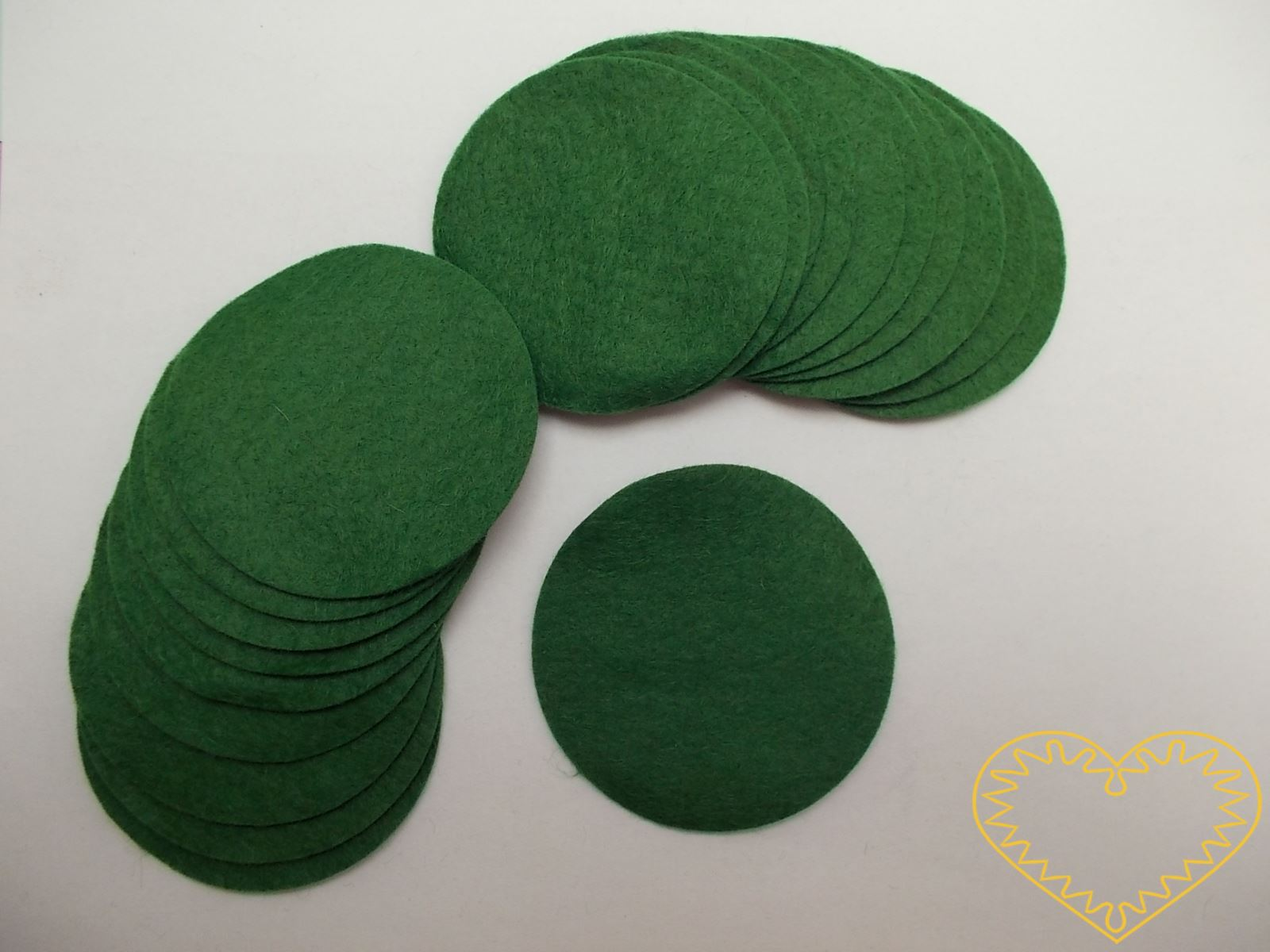 Zelená plstěná kolečka ø 6 cm - 20 ks. Každé kolečko má jiný barevný odstín - celá barevná škála. Kreativní materiál pro nejrůznější tvoření doma i ve škole.