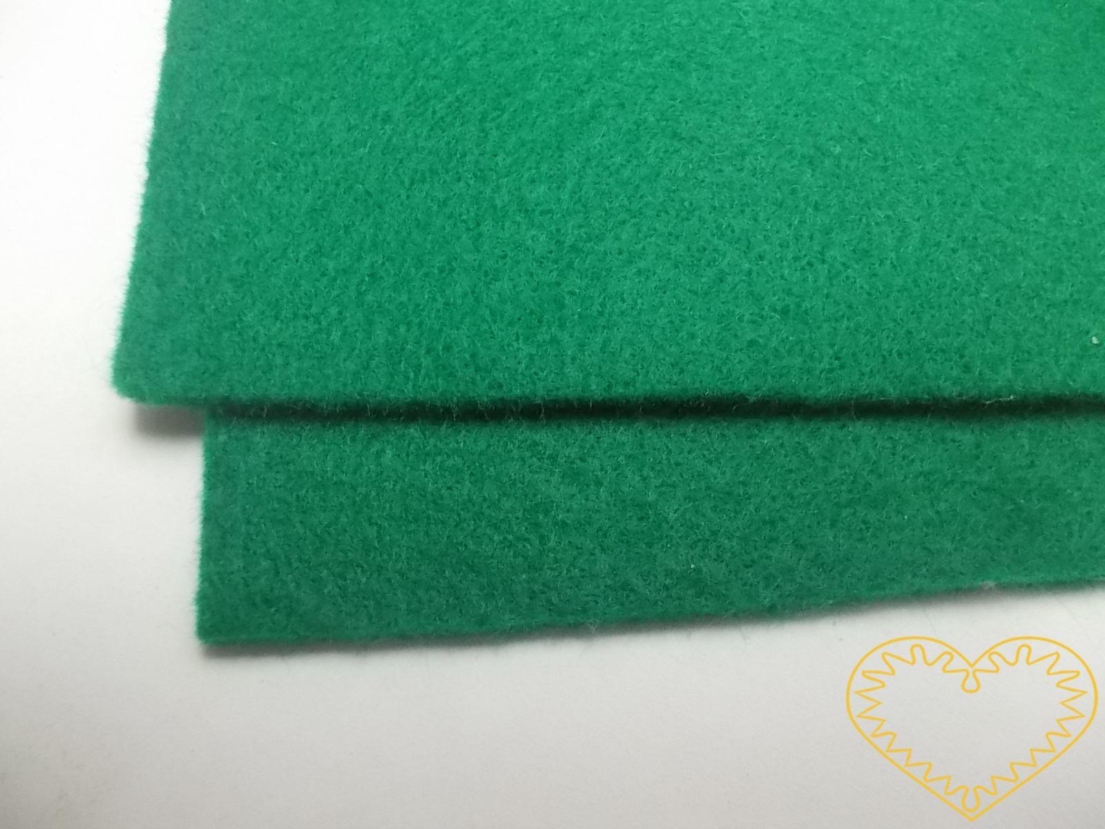 Silná zelená plsť - dekorační filc 30 x 20 cm - 1 ks, tloušťka 3 mm. Tato plsť je díky své tloušťce pevná a drží výborně tvar. Je proto vhodná např. k výrobě podstavců pod nejrůznější figurky a zvířátka, ale i k Vašim dalším tvůrčím záměrům.