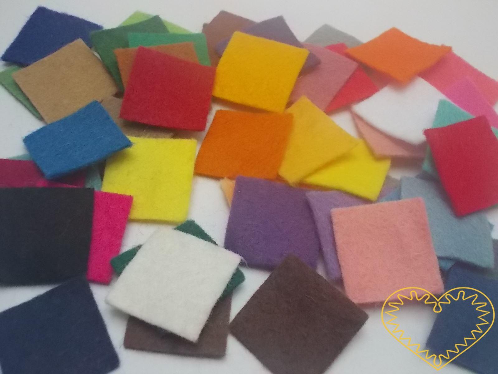 Barevné plstěné čtverečky 2,2 x 2,2 cm - 50 ks. Každý čtvereček má jiný barevný odstín - celá barevná škála. Kreativní materiál pro nejrůznější tvoření doma i ve škole.