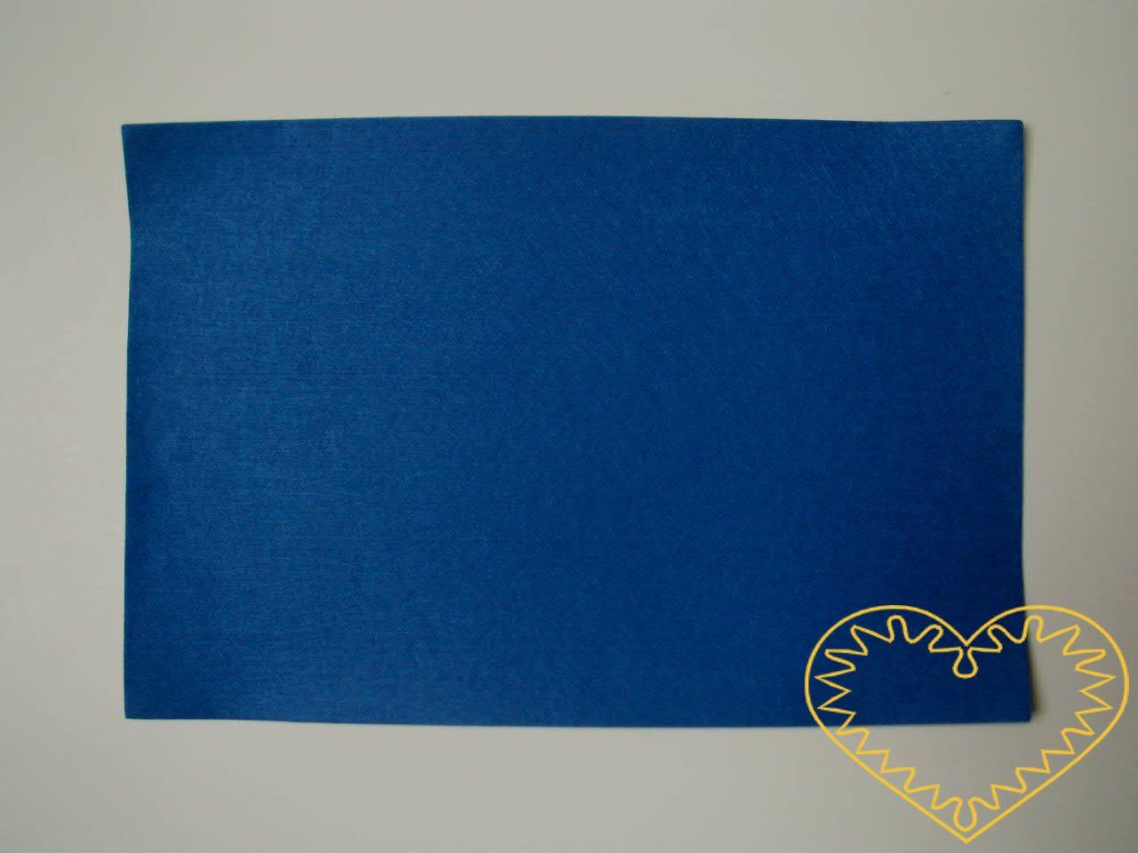 Modrá samolepící plsť - rozměr 30 x 20 cm. Výborný materiál pro tvoření, můžete přilepit na papír, buničinu, dřevo, sklo, plast ad.. Z plsti vystřihnete Vámi požadovaný tvar, poté na zadní straně sejmete ochranou fólii a plsť přiložíte zadní stranou