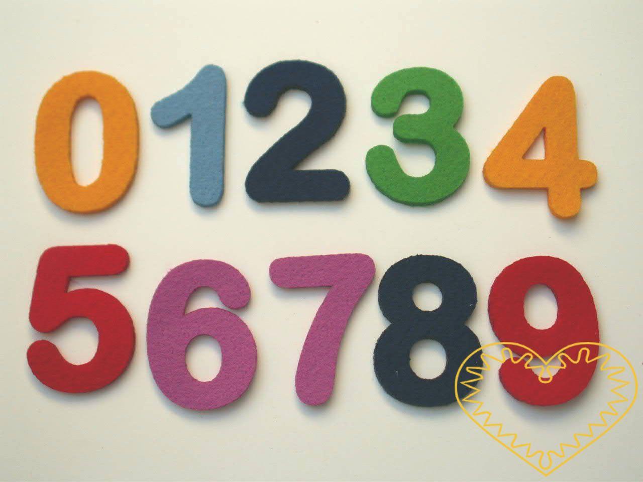 Barevné číslice z plsti ø 2 cm - 10 ks. Balení obsahuje po 1 kuse od každé číslice: 1, 2, 3, 4, 5, 6, 7, 8, 9, 0. Jedná se o náhodný mix barev. Kreativní materiál pro nejrůznější tvoření doma i ve škole.