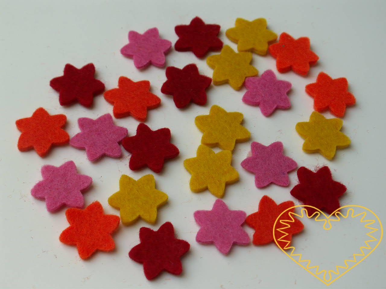 Kytičky z plsti se samolepem. Balení obsahuje 24 ks kytek různých barev z plsti, na spodní straně se samolepící fólií. Vhodné k aranžování, přízdobám, tvoření s dětmi, jako základ nejrůznějších dekorací.