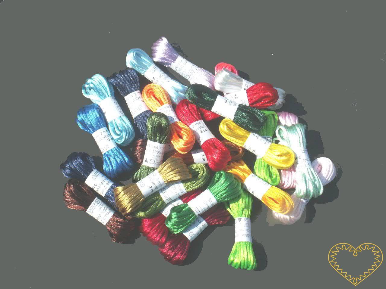 Šňůra saténová Ø 2 mm, délka 3 m - barevný mix. Jsou kvalitní, netrhají se, rychle se neprodřou a jsou stálobarevné. Saténové šňůrky mají široké využití. Při výrobě šperků, dekorování oděvů, při balení dárku. Používají se k různým dekoračním účelům.V