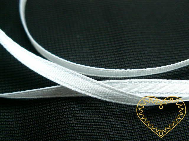 Stuha atlasová (saténová) bílá - šíře 3 mm; jednolící. Atlasová stuha se vyznačuje vysokou kvalitou, má hezký lesk z jedné strany a je matná z rubové strany. Dá se využít u ručních prací s použitím bodce, na ozdobné aplikace a jiné dekorativní prvky,