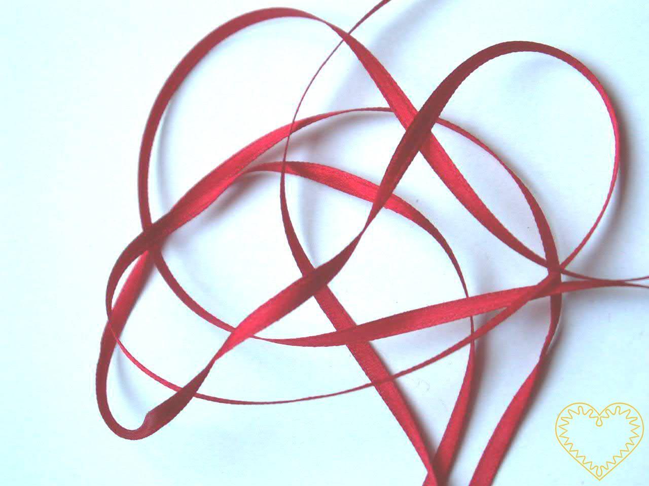 Stuha atlasová (saténová) červená - šíře 3 mm, délka 1 m; oboulící. Vyznačuje se vysokou kvalitou a leskem. Má široké využítí při tvorbě dekorací, aranžování, balení dárků, v bytovém textilu.