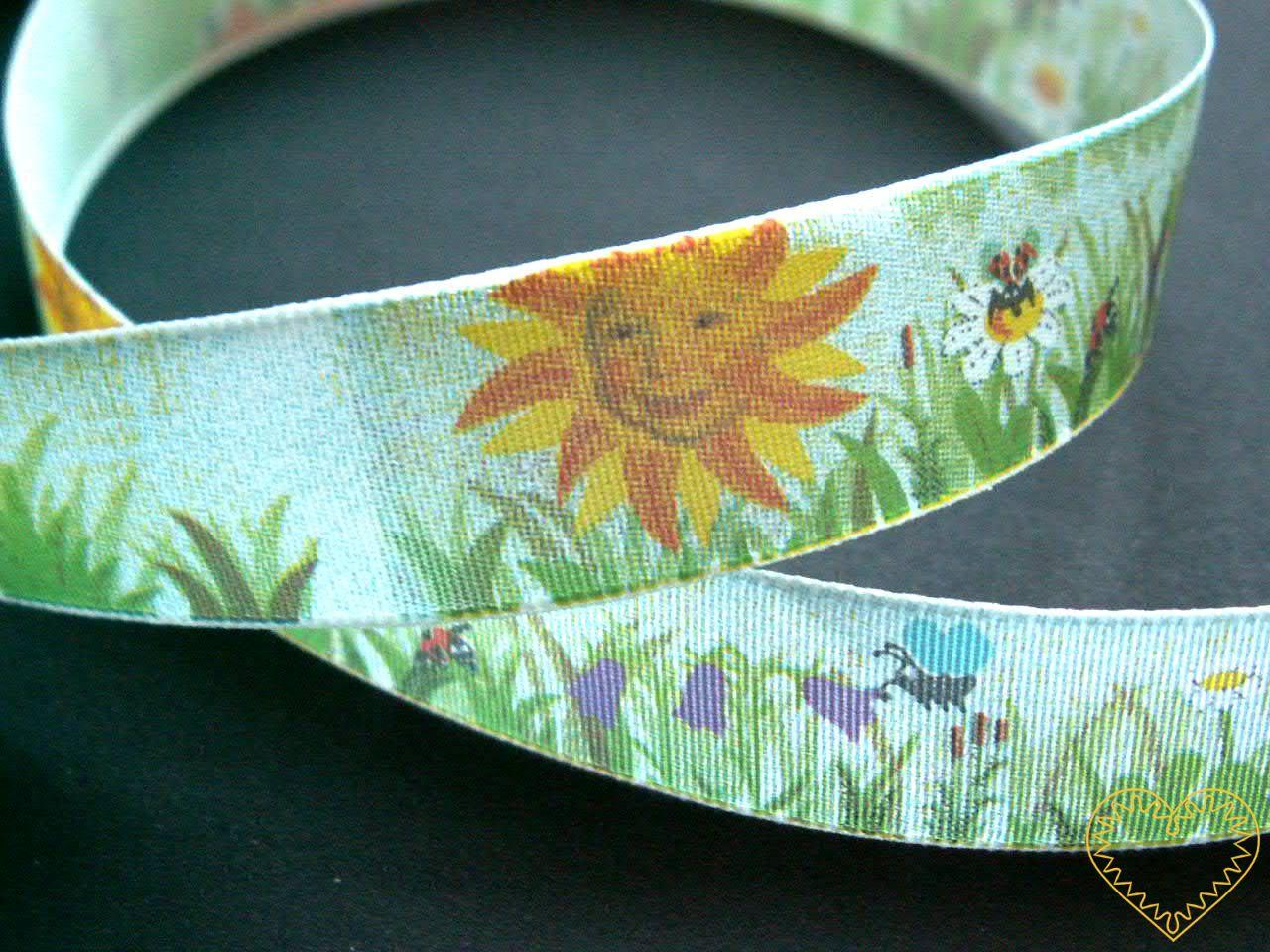 Stuha Louka - textilní s tiskem - šíře 20 mm. Pro všechny, kdo mají rádi voňavou louku plnou kytek, zelené trávy, zvířátek a zalitou sluníčkem. Vhodná k nejrůznějšímu dekorování, aranžování či balení dárků.
