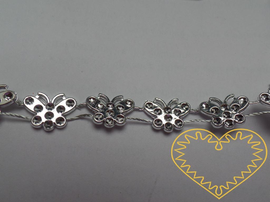 Stříbrní plastoví motýli - řetěz. Motýli jsou pevně uchyceni ke šňůrce (řetěz drží pohromadě a nepárá se). Řetěz lze bez problému rozstříhat i na jednotlivé motýlky - mohou se pak např. lepit. Vhodné jako dekorace či jako materiál k nejrůznějšímu tvo