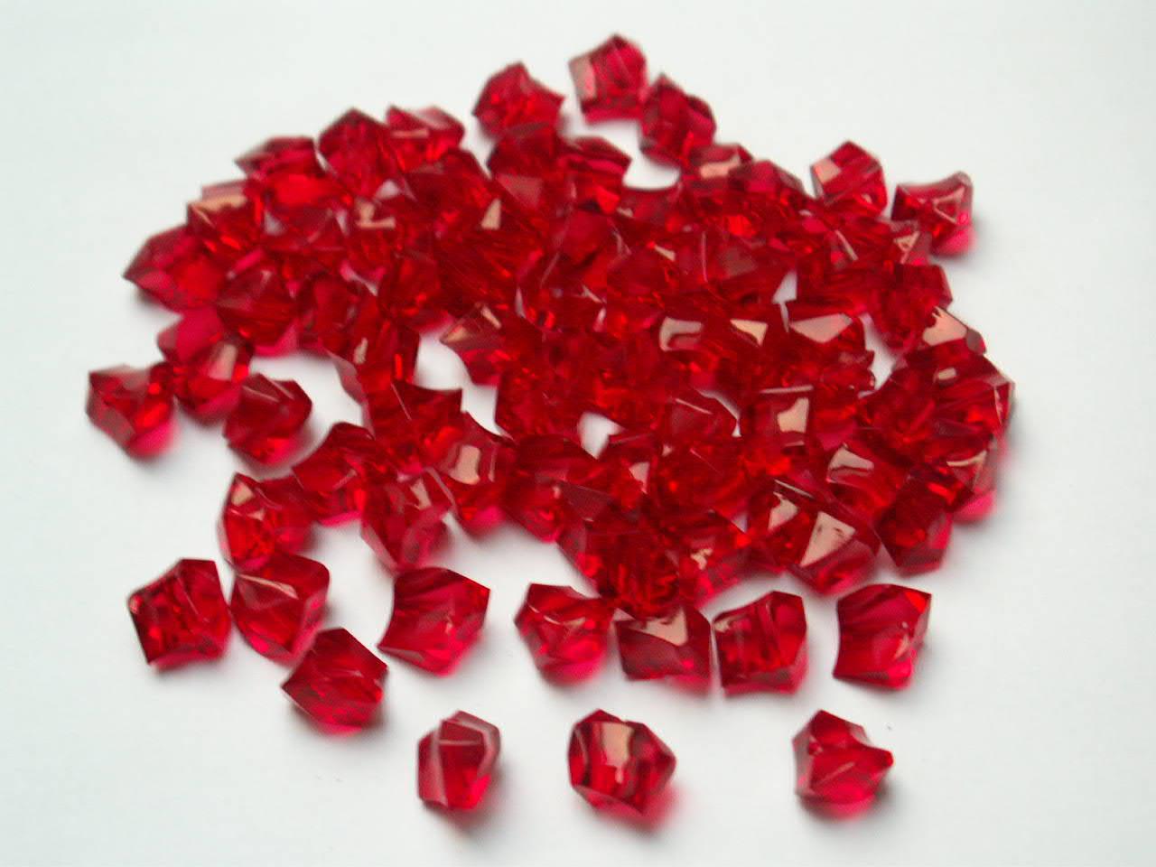 Malé dekorační barevné plastové kamínky / korálky - balení cca 92 kusů. Různobarevné plastové korálky ve tvaru kamínků lze použít k dekoracím a aranžování. Navíc mají v sobě otvor, takže je můžete i navlékat na šňůrku a tvořit nejrůznější šperky.