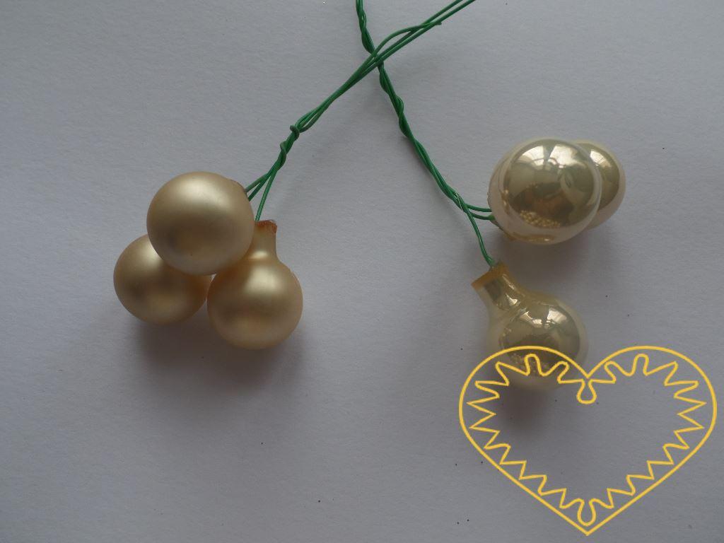 Smetanové skleněné kuličky na drátcích Ø 2 cm - svazek obsahuje 3 kuličky. Sami si zvolte, zda chcete svazek koulí lesklých či matných. Délka drátku cca 8 cm. Krásná přízdoba obzvláště k výrobě adventních a vánočních dekorací.